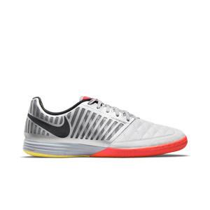 Nike Lunar Gato 2 - Zapatillas de fútbol sala de piel Nike con suela lisa IC - blancas y plateadas - pie derecho