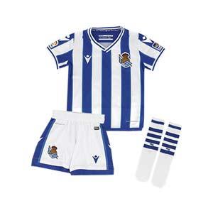 Equipación Macron niño Real Sociedad 2020 2021 - Conjunto infantil primera equipación Macron de la Real Sociedad 2020 2021 - blanco y azul - frontal