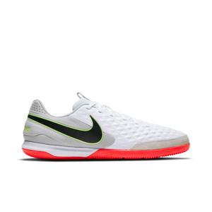 Nike Tiempo Legend 8 Academy IC - Zapatillas de fútbol sala de piel Nike con suela lisa IC - blancas y grises - pie derecho