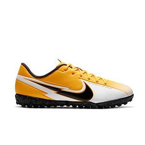 Nike Mercurial Vapor 13 Academy TF Jr - Zapatillas multitaco infantiles Nike suela turf - amarillo anaranjado - pie derecho
