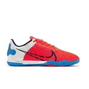 Nike React Gato - Zapatillas de fútbol sala Nike con suela lisa IC - rojas y azules - pie derecho