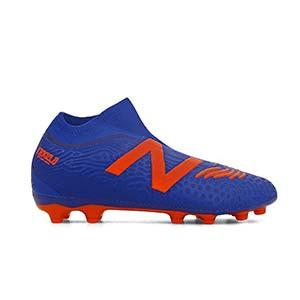 New Balance Tekela v3 Magia AG - Botas de fútbol con tobillera sin cordones New Balance AG para césped artificial - azules y naranjas - pie derecho