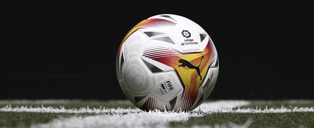balon puma que se utilizará para LaLiga temporada 21/22 color blanco con detalles rojos y naranjas.