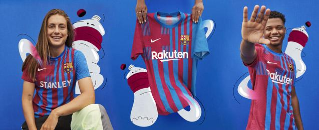 Jugadores del FC Barcelona con la peirmera equipación del FCB para la temporada 2021 2022.