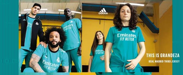 Jugadores de fútbol del Real Madrid con la camiseta de la 3a equipación 2021 2022 color azul celeste.