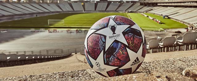 balón adidas oficial de la Final de la Champions, color lila en el estadio de Estambul