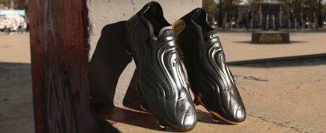 bota de fútbol adidas COPA SENSE color negro con suela de color dorado