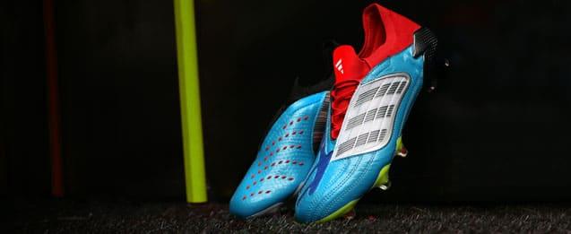Botas de fútbol adidas predator edición limitada, cada bota es diferente. La bota derecha es azul con el calcetín negro y detalles blancos y la bota izquierda lleva el calcetín color rojo con detalles azul marino.