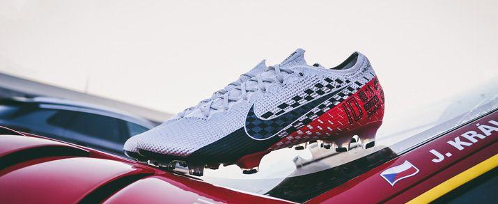 """Aquí encontrarás todas las botas Nike Mercurial, entre ellas como figura en la imagen, las nuevas botas Neymar Jr. Mercurial Vapor """"Speed Freak"""" que combina los colores gris, rojo y negro, con gráficos por toda la bota inspirados en los coches de carreras"""