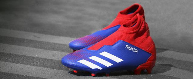 Botas de fútbol adidas Predator, color azul con detalles rojos.