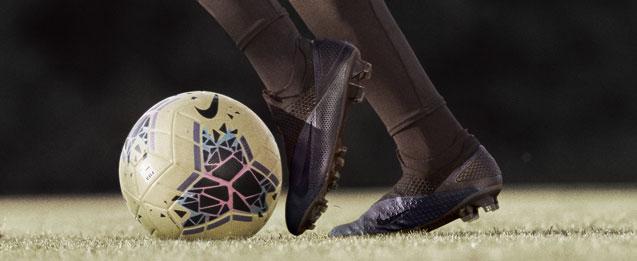 jugador con las botas de fútbol Nike negras de la colección Kinetic