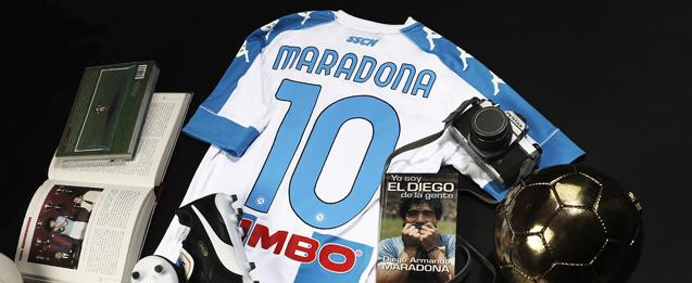 cuarta equipación Napoles Maradona 2021, colo blanca con franjas azules.