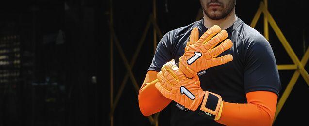 Unos guantes de portero Rinat naranjas figuran entre los guantes Rinat de portero