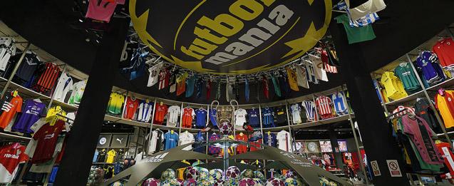 tienda futbolmania dónde hay una cúpula con muchas camisetas colgando.