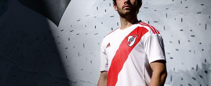 Camiseta de la primera equipación del River Plate 2020. Camiseta en color blanco que se combina con la clásica franja en diagonal y las bandas de adidas en color rojo.