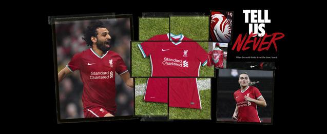 Jugadores del Liverpool con la primera equipación color roja.