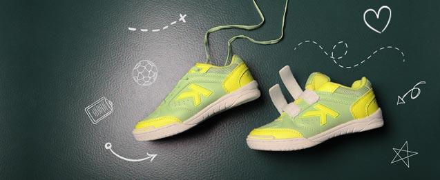 2 zapatillas fútbol sala Kelme, color verde con amarillo, uno con cordones y el otro con velcro.
