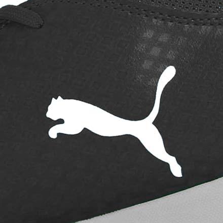 Primer plano del logo de Puma en una zapatilla de fútbol sala