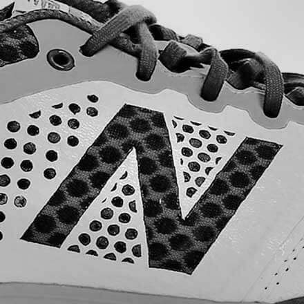 Primer plano del logo de New Balance en una zapatilla de fútbol sala