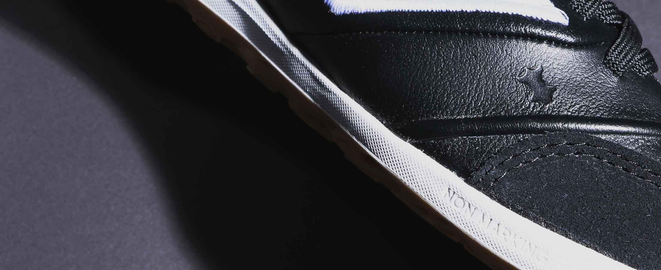 Primer plano de la marca que caracteriza que el material de la zapatilla de fútbol sala es de piel