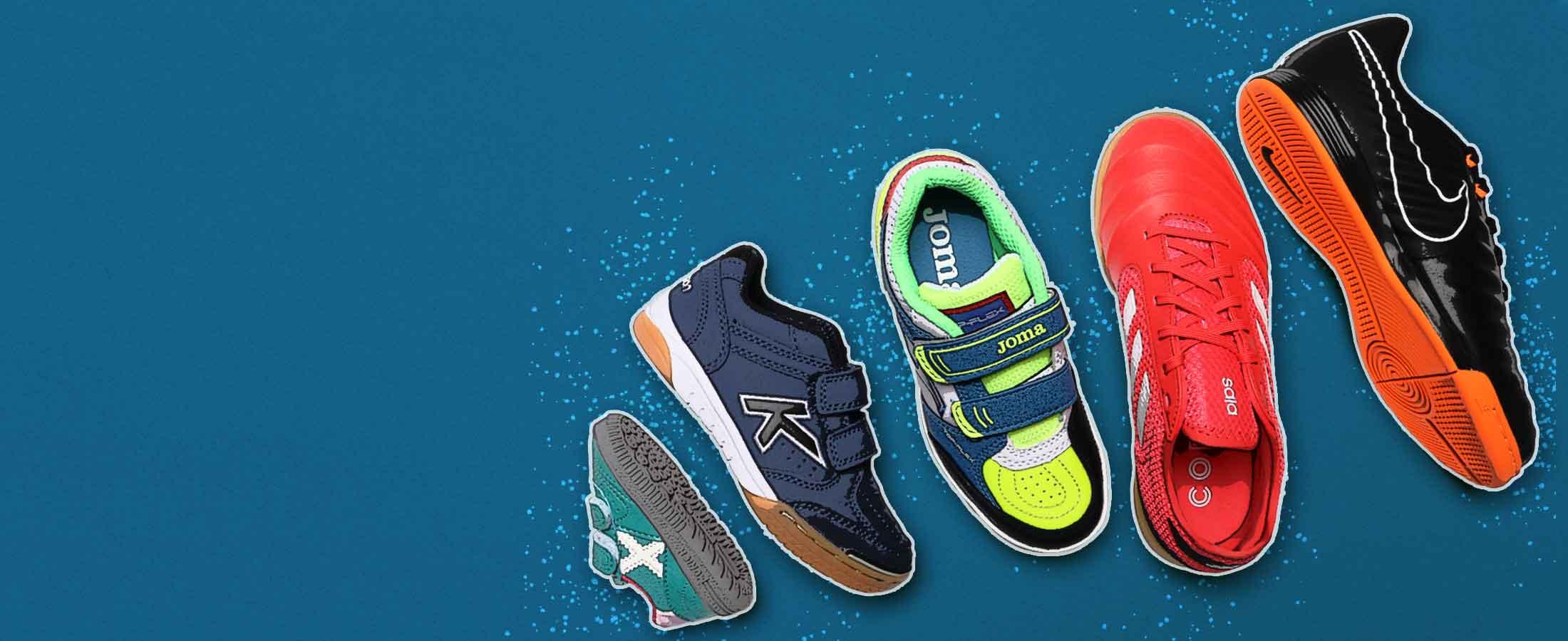 Zapatillas de fútbol sala para niño de distintas tallas sobre fondo azul