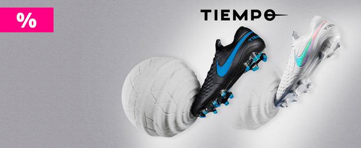 Rebajas botas de fútbol Nike tiempo, unas color blanco y otras en negro con detalles en azul.