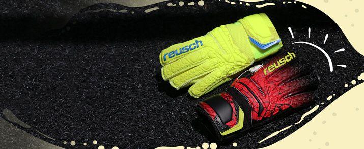 Dos guantes de portero Reusch, unos presenta un diseño en color negro combinado con rojo y pequeños detalles en amarillo flúor y otro guante presenta un llamativo diseño en color amarillo flúor con detalles en azul.