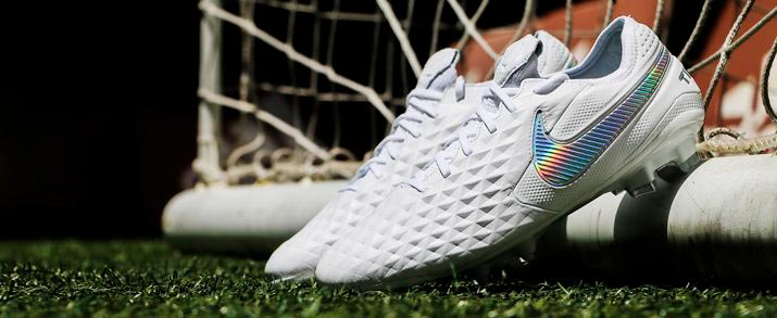 Botas de fútbol Nike tiempo, diseño en completo color blanco, color con el que Nike ha decidido lanzar la nueva generación de Tiempo.