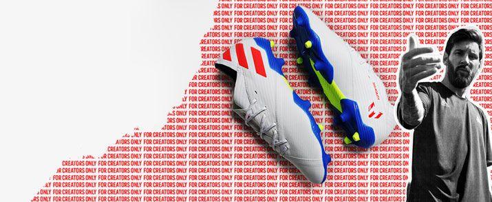 Las últimas botas de fútbol de Messi, Estas botas presentan un diseño en color blanco con pequeños detalles en rojo y azul que le dan un toque de color.