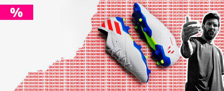 Rebajas botas fútbol de Messi, Estas botas presentan un diseño en color blanco con pequeños detalles en rojo y azul que le dan un toque de color.