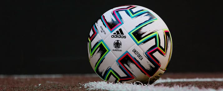 Pelota de fútbol marca adidas de la UEFA Euro 2020, color blanco con detalles coloridos