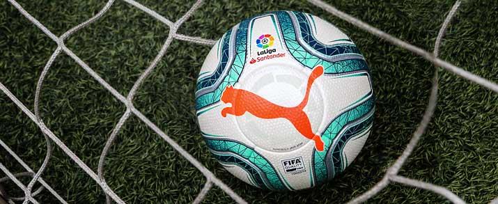 Nuevo balón puma de La Liga Santander, con un diseño que combina el color blanco con toques de azul y naranja que le dan un toque llamativo.