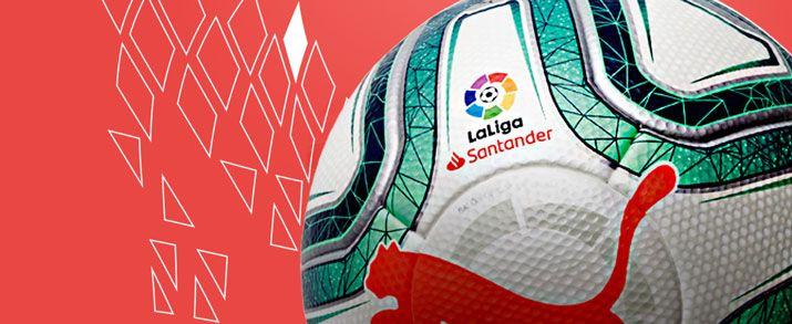 Nuevo balón puma infantil de La Liga Santander,, con un diseño que combina el color blanco con toques de azul y naranja que le dan un toque llamativo.
