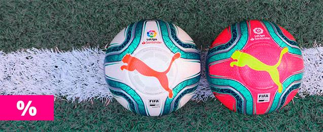 Rebajas 2 balones puma de La Liga Santander, el de la izquierda con un diseño que combina el color blanco con toques de azul y naranja que le dan un toque llamativo y el de la derecha una combinación de azul con fondo rosa llamativo con el logo de puma am
