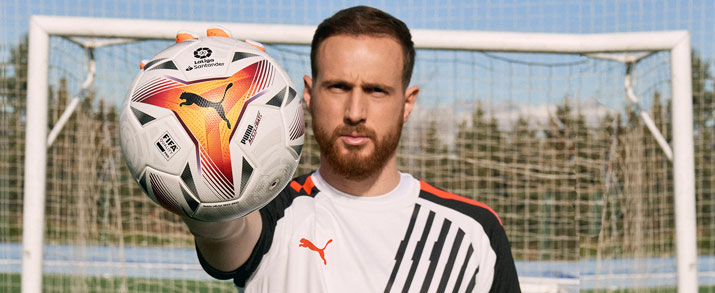 balon Puma LaLiga 2022 color blanco con detalles naranjas y rojos