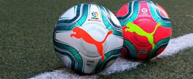 2 balones puma de La Liga Santander, el de la izquierda con un diseño que combina el color blanco con toques de azul y naranja que le dan un toque llamativo y el de la derecha una combinación de azul con fondo rosa llamativo con el logo de puma amarillo n