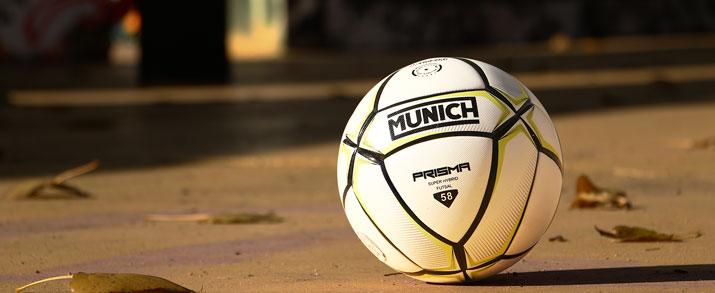 Balón de fútbol Sala Munich Prisma color blanco con deetalles amarillos y negros 2021.