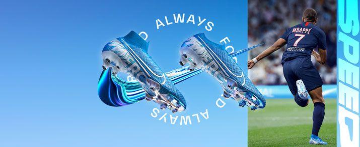Todas las botas nike mercurial para niño, incluida la nueva colección New Lights como aparece en la imagen; diseño llamativo en color azul celeste, con unos gráficos en color blanco donde podemos ver detalles de Mercurial y lemas de Nike como el JUST DO I