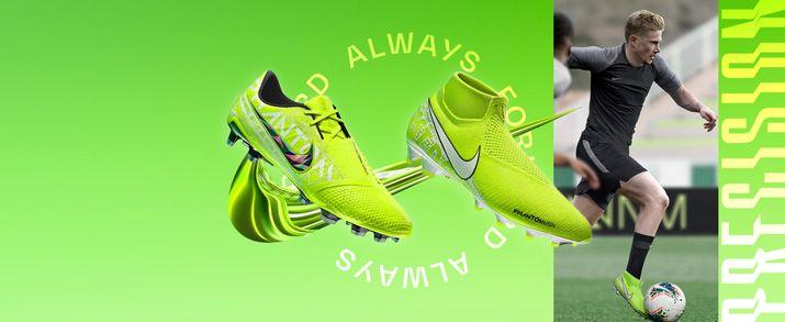 Botas de fútbol Nike Phantom para niño. Nueva colección New lights con un diseño llamativo en color amarillo flúor, con unos gráficos en distintos tonos de amarillo donde podemos ver detalles de lemas de Nike como el JUST DO IT.