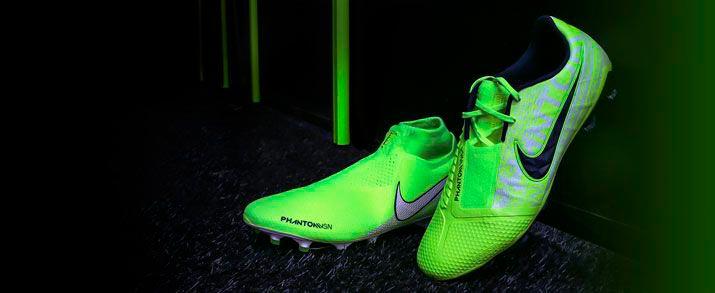 Botas de fútbol Nike Phantom Vision y Venom. Diseño llamativo en color amarillo flúor, con unos gráficos en distintos tonos de amarillo donde podemos ver detalles de lemas de Nike como el JUST DO IT.