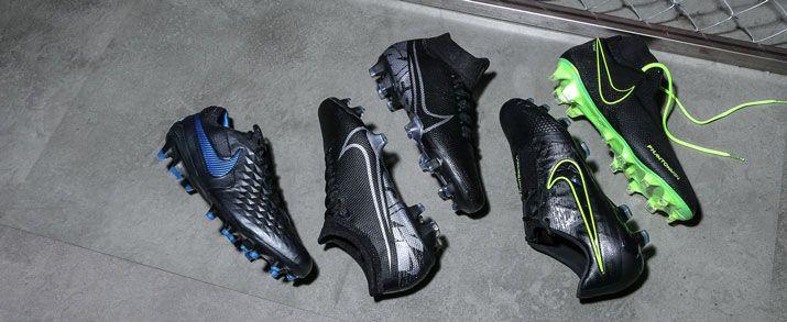 Botas de fútbol Nike de color negras, unos con detalles en verde fluor y otros con detalles en azul, colección Under the Radar.