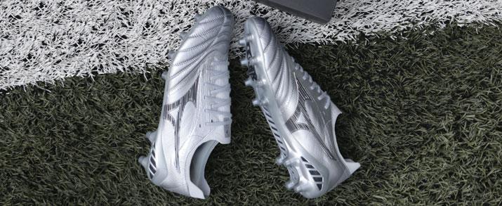 Botas de fútbol Mizuno color plata