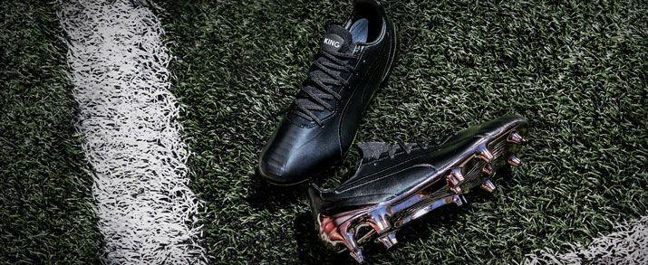 Botas de fútbol Puma King, diseño en completo color negro, con un acabado en cromado en la zona de la placa. Con las King Platinum, se ve reflejado el legado del modelo más icónico de Puma.