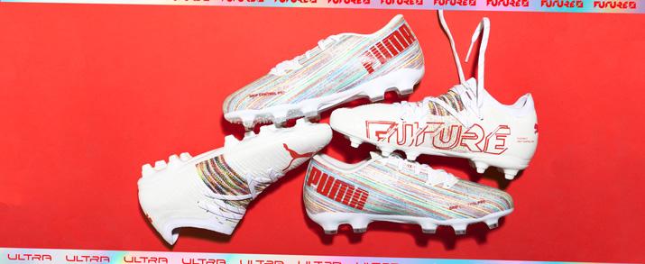 botas de fútbol Puma colección Spectral Pack color blanco con detalles naranja.