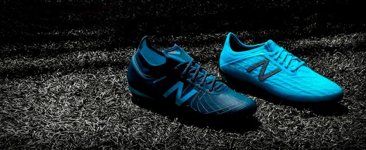 Botas de fútbol de New Balance, las Tekela presenta un azul oscuro verdoso con detalles en color turquesa, las Furon, diseño llamativo que combina el color azul celeste con el azul marino en el logo de New Balance y lateral inferior de la bota.