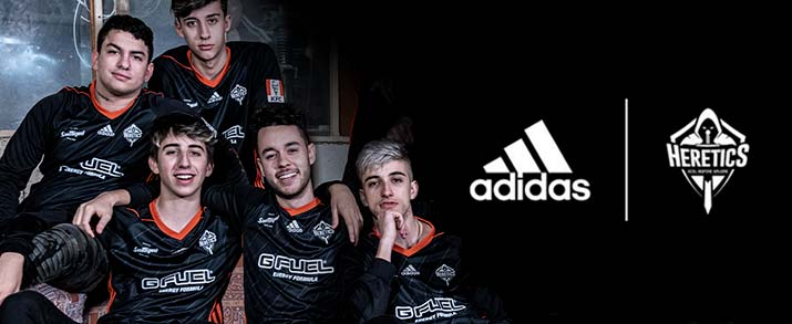 Jugadores con la camiseta adidas team Heretics color negra.