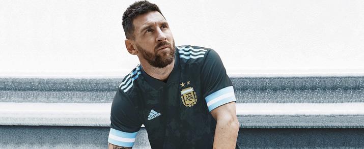 jugador del Argentina Lionel Messi con la segunda equipación del Argentina para adulto.