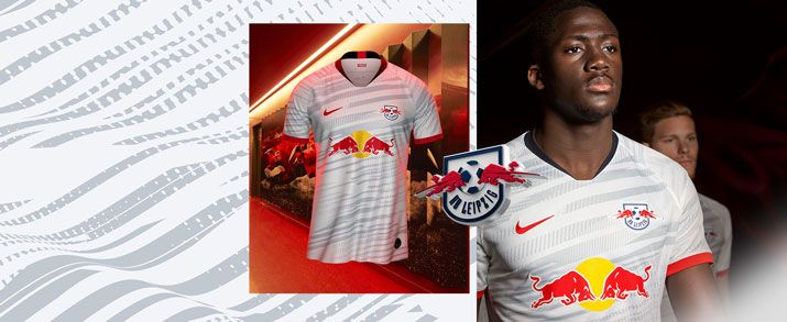 Camiseta de la primera equipación 2020 RB Leipzig, de color blanco con lineas rasgadas diagonales color gris claro, en medio tiene el logo de Red bull.