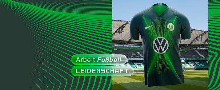 Camiseta de la primera equipación 2020 VFL Wolfsburg, de color verde oscuro con un gráfico en la parte frontal de la camiseta de lineas de color verde fluor.