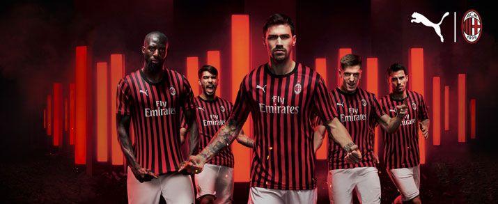 Camiseta de la tercera equipación 2020 AC Milan, color negro con una diseño de franjas rojas discontinuas.